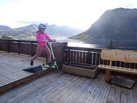 Ida Sørolt Pedersen elsker å stå på skateboard, men mulighetene i Aldersundet er små. Enn så lenge er det terassen på huset som er arena for hun og broren Erik.  Foto: Bente Sørholt