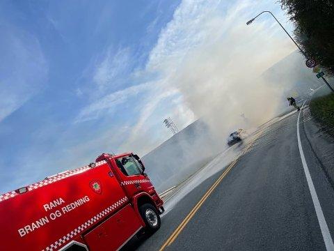 Seks sekunder brukte brannvesenet på å slukke bilbrannen like før rundkjøringen i Vikaåsen.