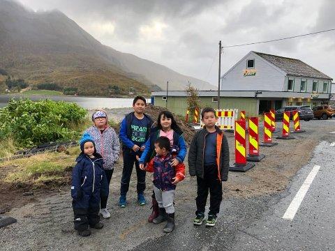 Fra venstre. Theo (4), Selina (10), Sigve (11), Selina (7), Alexander (7) og Alvin (3) skal alle bruke skoleskyssen i årene som kommer. Foreldrene vil nå at det kommer et busskur i Kvina.