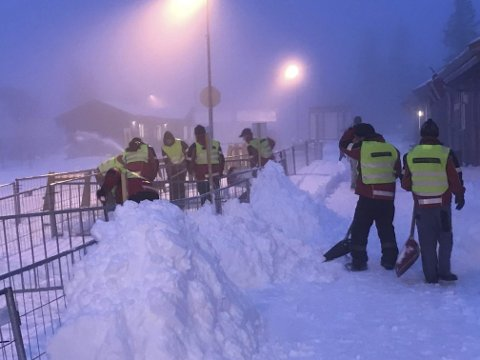 Mye snø: Mannskapene i Natrudstilen jobbet på spreng for å fjerne snø før torsdagens IBU-cup. Foto: Erik Haugen