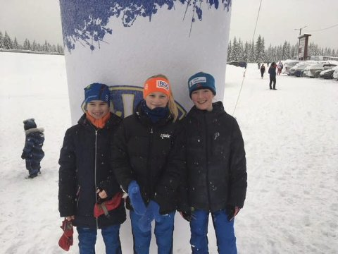 3x3 hurra: Modølene tok hele kaka i J12-klassen i årets Tour de Hedmarken. Inger Grini til venstre ble nummer tre sammenlagt mens Helene Bakke i midten tok andreplassen. Sammenlagt vinner Sofie Margrethe Robstad til høyre. FOTO: PRIVAT