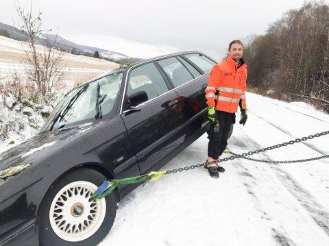 REDDER DAGEN: Bilberger Leif Andrè Larsen fikk denne stasjonsvognen opp av grøfta utenfor Brumunddal tirsdag. Det ble en travel dag for bilbergerne.