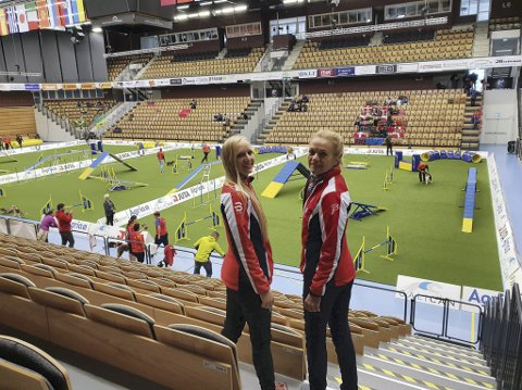 Klare: Jeanette Sandbæk Håland (t.v.) og Mette Elin Sandbakken i Sverige. De er klare for å prestere i Kristianstad arena. foto: Privat