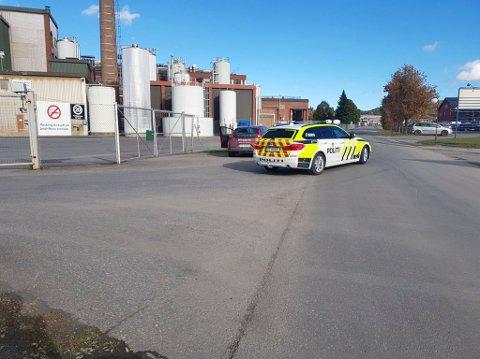 Politiet var på plass ved Tine i Brumunddal etter arbeidsulykken fredag.