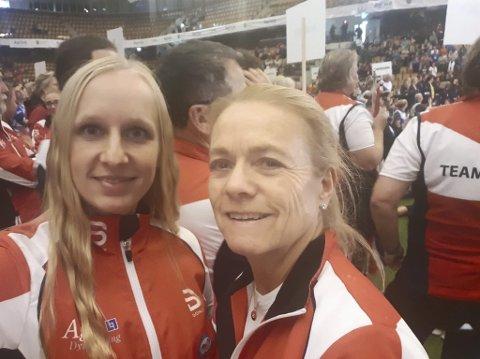 Fornøyd: Jeanette Sandbæk Håland og Mette Elin Sandbakken, som begge er i Agility-gruppa Åsmarka Blandede, leverte solid i VM, men opplevde stang ut under VM i agility i Sverige i helga. . Foto: Privat.