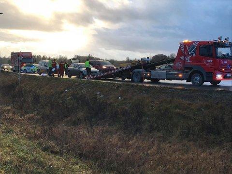 Fire biler var innblandet i en trafikkulykke på E6 i Furnes mandag morgen. Foto: Jan Rune Bakkelund