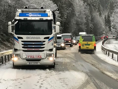 Bilen fikk trøbbel på Turistvegen. Hengeren som veltet ble ganske raskt berget bort fra stedet.  Foto: Jan Rune Bakkelund.