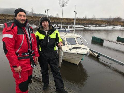 Øystein (t.v) og Ronny Vinjusveen er av de ivrigste mjøsørretfiskerne. De var naturligvis på Mjøsa i natt. 1. mai er startskuddet for fiskesesongen. Foto: Gaute Freng