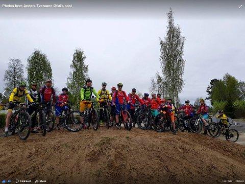 Syklister i Brumunddal ser fram til å utvikle et terrengsykkelanlegg på Veldre Sag. Nå har de fått 395.000 kroner fra Sparebankstiftelsen og vil gå igang med arbeidet i sommer. Bildet er fra ei fellesøkt Brumunddal Sykleklubb hadde med syklister fra Ottestad. Foto: Brumunddal Sykleklubb.
