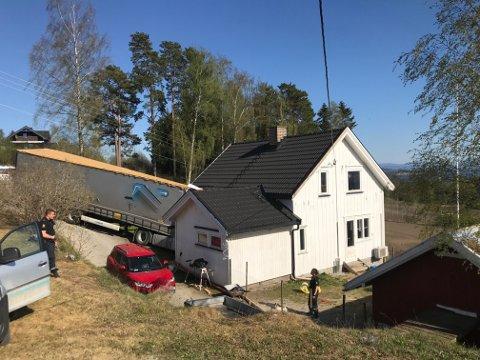 Slik så det ut på eiendommen i Retterstadvegen onsdag. Bilen hadde trillet rett inn i huset. Huseier forteller om dramatiske sekunder.