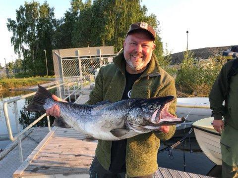 NY REKORD: Fotografen RIchard K. Johansen (46) fra Brumunddal satte ny personlig rekord for mjøsørret natt til lørdag. Ruggen var på 7340 gram, og målte 82 centimeter.