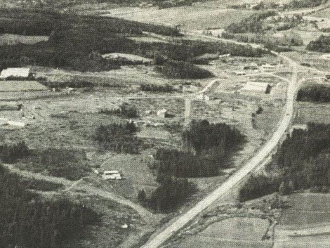 1988: Slik så Rudshøgda ut fra lufta i 1988. Vegen var på plass og Obs begynte å ta form, men ellers var ikke mye bygget ut i området den gang. Arkivfoto