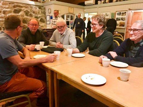 GOD STEMNING: Rotaryklubben i Moelv hadde møte i Spritbua torsdag kveld. Der var stemningen god etter vedtaket i Helse Sør-Øst samme dag. Fra venstre: Ole Røhnebæk, Erik Haugen, Egil Holland, Roy Grønvold og Arild Martinsen.