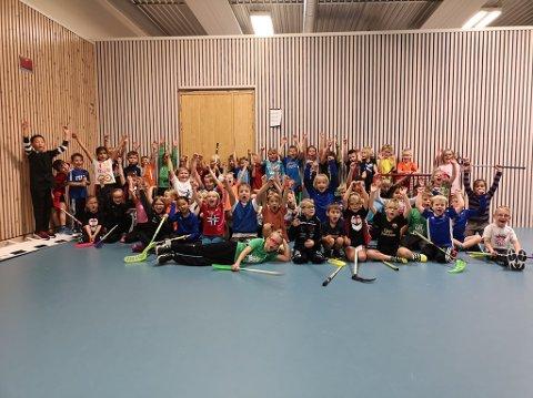 FULLT HUS: I fra alderen seks til ni er det om lag 70 unger som ønsker å spille innebandy i Brumunddal og klubben er både overrasket og glade for den voldsomme økningen.