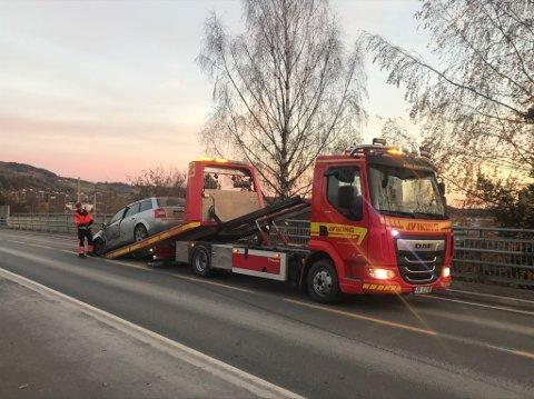 Kollisjon: Den ene bilen fikk hard medfart i kollisjonen på Ringsakervegen i Brumunddal.