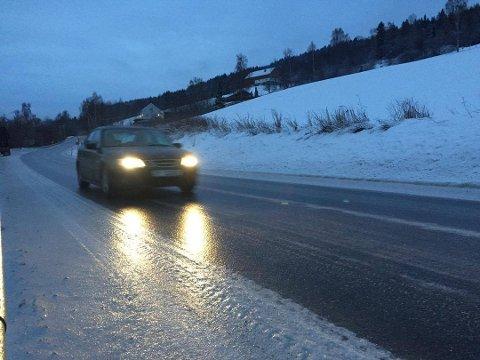 KAN BLI GLATT: Meteorologisk institutt varsler mildvær, regn og glatte veger på Østlandet tirsdag. Også i Ringsaker og øst for Mjøsa kan det bli vanskelige kjøreforhold.