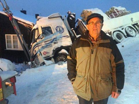 Lettet: Huseier Leif Grønbakken er glad for at det gikk bra med sjåføren.  Sveip videre for å se flere bilder.
