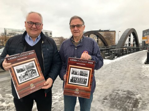Kalendersalg: Bjørn Nybakken (til venstre) i Brumunddal Lions og Francis Bull Enger i Furnes Lions.
