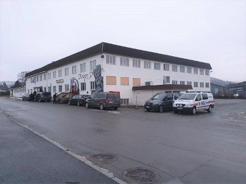 FABRIKKVEGEN: Politiet øver i Fabrikkvegen 6 i Brumunddal tirsdag morgen.