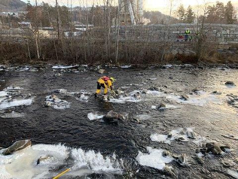 REDNINGSAKSJON: Her plukker Ringsaker brannvesen opp Bamsefar fra det iskalde vannet i Brumundda slik at eieren på tre år kan få den tilbake.