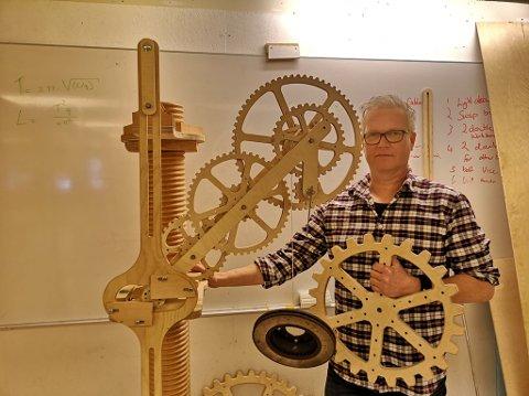 VIL SETTE OPP KLOKKE I TRE: Hildwin Scheffen er i gang med å lage en klokke som kommer til å bli 3-4 meter høy og han håper noen har plass til konstruksjonen.