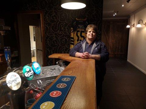 HOLDER KOKEN: Pub'n er inne i sin tolvte driftsmåned og pilene peker riktig veg for daglig leder Anne Marie Antonsen. Hun tror det er marked for enda en pub i Brumunddal og ønsker Ulven Skjenkeri velkommen.