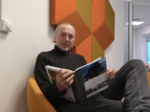 MYE Å GJØRE: Erland Bekkelund fra Brumunddal driver Absolutt Forlag og har fått gradvis mer å gjøre etter oppstarten i 2018. Via sitt selvpubliseringsforlag gir han lokale forfattere mulighetene til å gi ut bøker uten å gå vegen om de store forlagene.