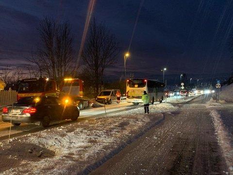 PÅKJØRSEL: En bil kjørte inn i en annen på Furnesvegen tirsdag ettermiddag.