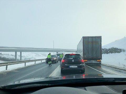 KØ: Et hjul fra et vogntog som traff en personbil skaper køer på E6 ved Ikea. Det er ikke vogntoget på bildet som mistet hjulet.