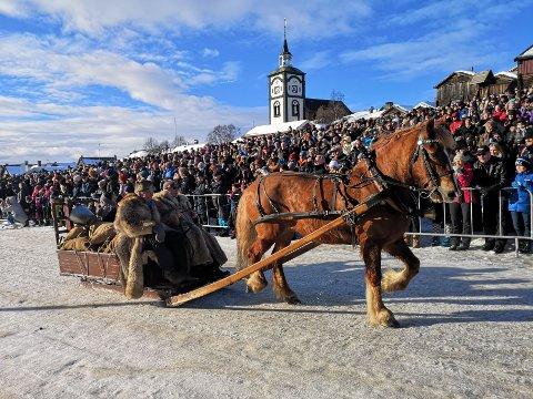 Hest fra Brumunddal: Hesten Smukken kjører inn på den 166. Rørosmartnan, med Stange-ordfører Nils Røhne på sleden. Hestens eier, Kjell Ivar Stensli fra Brumunddal er kusk, og bak på sleden sitter Marit Lahlum Ruud fra Stange som er leder i Hedemarken Lasskjørerforening.