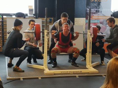 Ludvik Moen var en av ganske få som i helga deltok på RM i styrkeløft med utstyr. Her setter han ny norgesrekord med et løft på 246 kilo.