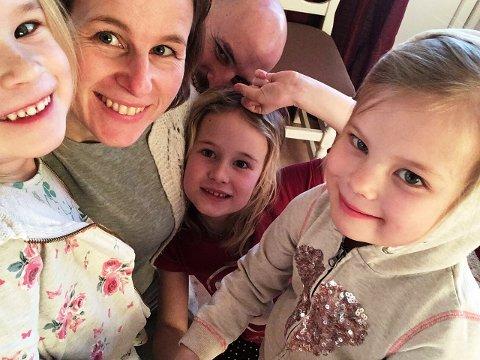 FAMILIEN: Familien Currie på Stavsjø kaster nå mye mindre mat enn før. Fra venstre: Julia (5), Ingvild, Brendan (bak), Matilda (8) og Ella (5) Currie.