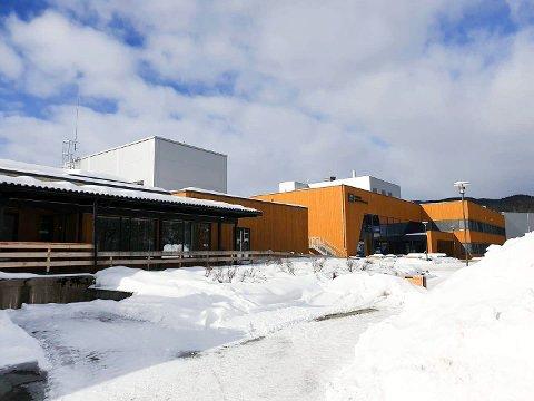 FANT SEKK MED HASJ: En sekk med en betydelig mengde hasj ble søndag funnet ved Brumunddalshallen (t.v.). Ringsaker videregående skole til høyre i bildet.