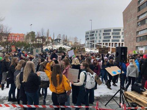 Det har allerede samlet seg mange utenfor rådhuset i Hamar