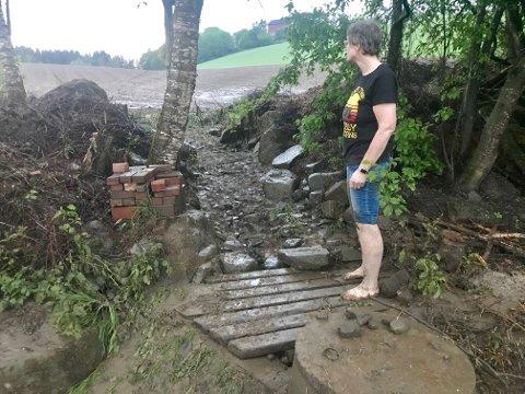 Jordet ovenfor Asplivegen klarte ikke å ta unna nedbøren som kom onsdag kveld. Det klarte heller ikke denne kummen nedenfor jordet. Vannet flommet blant annet gjennom hagen til Inger Johanne Bryn.