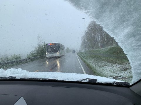 Snø i trafikken: Statens vegvesen ber folk være forsiktige torsdag morgen.