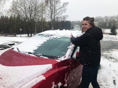 Lei snøen: Camilla Trogstad børster bilen fri for snø i Åsmarka.