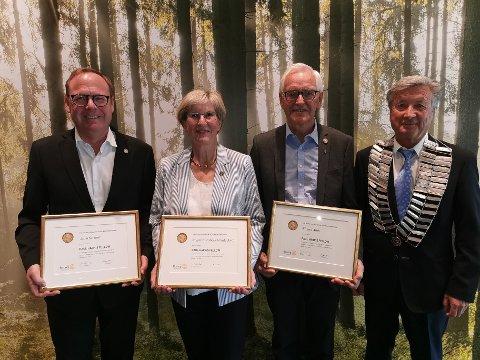 Fikk pris: Fra venstre: Jørn Strand, Ragni Grude Amb, Eivind Amb sammen med ny president i Rotary Brumunddal, Ivar Sundet