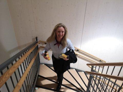 IDEALTID: Daglig leder Kari Liberg gjennomførte også etappen, men tok med forfriskninger til topps. Hun er tross alt i servicebransjen...