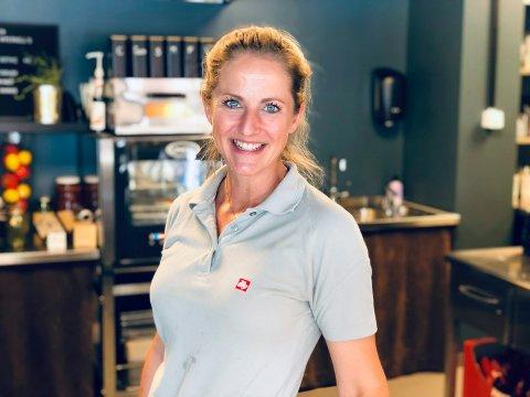 JOBBER: Leni Bergengen (36) bruker sommerferien på den nyopprettede cafeen Frøken Pimpernell.