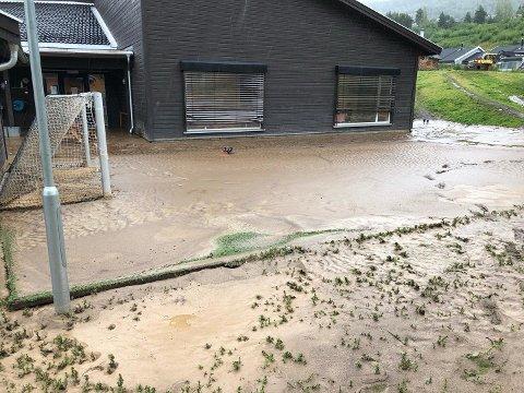 GJØRME: Store deler av barnehagens uteområde var tirsdag morgen dekket av gjørme. Her er fotballbanen.