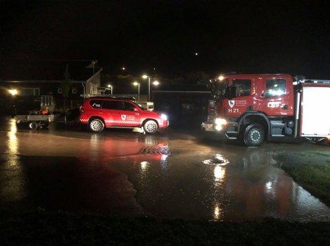 I arbeid: Brannmannskaper i Brumunddal på jobb i natt.