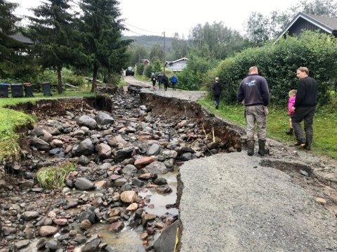 Evakuert: Blant annet i Spikdalsvegen ble flere evakuert som følge av flommen. De fikk beskjed om at de kunne flytte hjem tirsdag kveld.