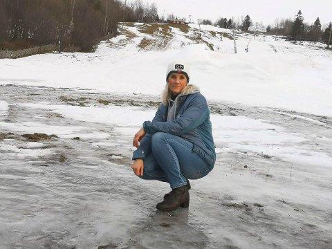 FRUSTRERT: Det er ikke mye som minner om en slalåmbakke i Tørudbakken og leder i Brumunddal Alpin, Marianne Frantzen, aner ikke når bakken kan åpne. To måneder av sesongen er gått tapt og det merkes på økonomien i klubben.