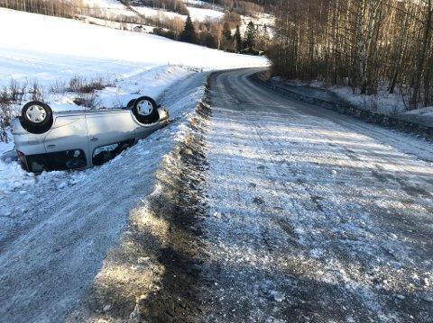 På taket: Bilen havnet på taket i grøfa etter avkjøringen på Ring.