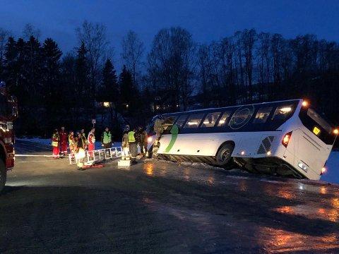 13 personer ble reddet ut av bussen gjennom et knust vindu.