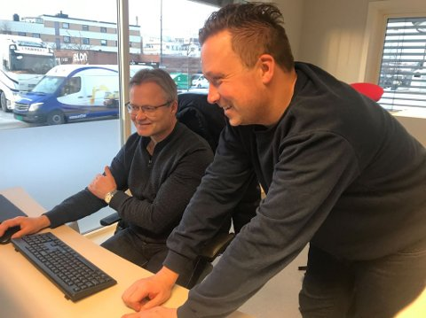 Tilbake: Ole Ludvig Rosenborg (til venstre) er tilbake som journalist i Ringsaker Blad. Nyhetsredaktør Tore Svensrud ønsker han velkommen tilbake og hjelper han igang med arbeidet.