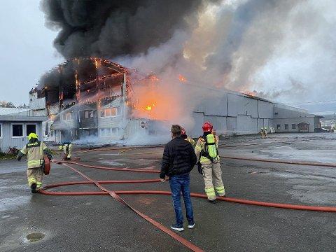 DØDSBRANN: Politiet i Innlandet opplyste torsdag kveld at de har funnet enda en død person i ruinene etter brannen i et industribygg i Moelv onsdag.