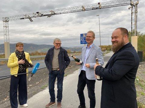GOD STEMNING: Det var god stemning på Bergshøgda 2. oktober, men fortsatt betaler bilistene for å passere bommene på Furnesvegen. Fra venstre: Ingelin Noresjø (KrF), Oluf Maurud (KrF), Tor Andre Johnsen (Frp) og Truls Gihlemoen (Frp).