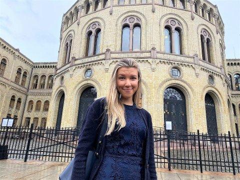 STOLT OG LETTET: Anna Molberg utenfor Stortinget der hun håper å bli valgt inn som førstekandidat for Hedmark Høyre. Foto: Alexander Zlatanos Ibsen